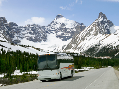 Reisebus im Gebirge