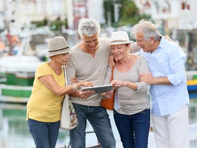 Reisegruppe im mittleren Alter