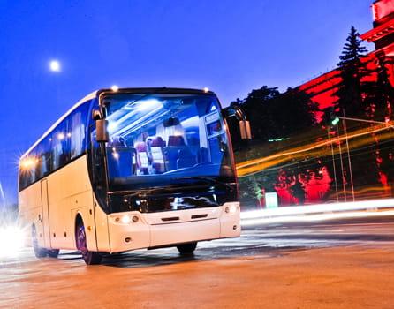 Reisebus in der Stadt